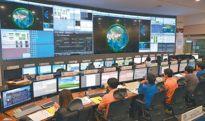 한국항공우주연구원 위성관제센터 연구원들이 중앙관제실에서 우리나라 인공위성의 충돌 위험성을 확인하고 있다. 중앙의 푸른 지구 주변으로 빛나는 녹색 점들이 모두 우주 파편이다. 연구원은 자체 개발한 충돌예측 프로그램 '카리스마(KARISMA)'를 이용해 아리랑 2호, 3호, 5호와 정지궤도 위성 '천리안'의 충돌 위험성을 매일 예측한다. - 전승민 기자 제공